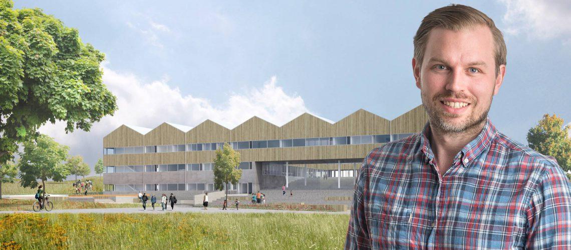 Niklas Karlsson, produktionschef hos Arcona, framför Vrå skola. En passivhusskola dit Lättelement levererar 3 500 kvadratmeter prefabricerade takelement.